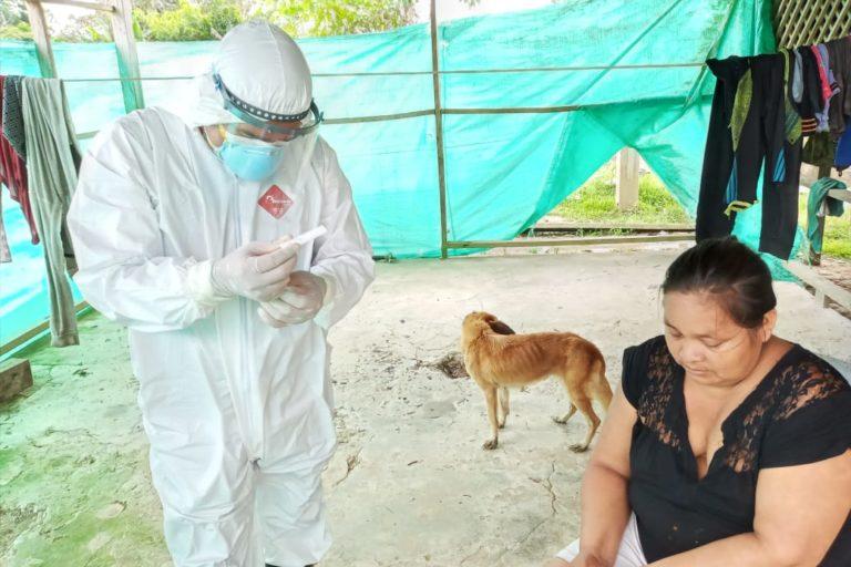 El personal de salud de Bellavista de Callarú recorrió tres comunidades tikuna. Foto: Omar Montes.