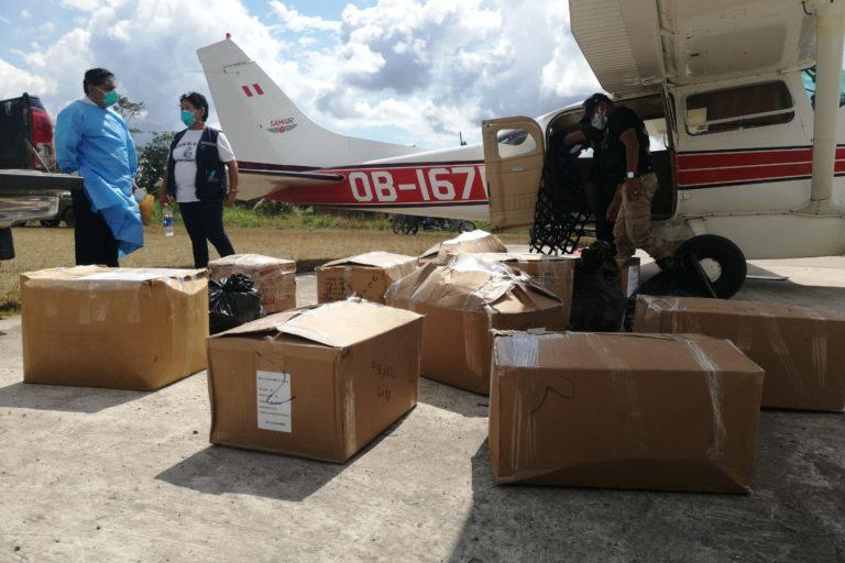 PIACI Medicinas y pruebas rápidas llegaron a Sepahua por vía aérea. Foto: Mcrored de Salud Sepahua.