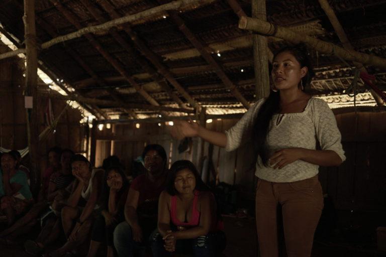 Territorios indígenas Colombia. Mujeres indígenas de la Amazonía reciben un taller. Foto: Canela Reyes, Fundación Gaia Amazonas.