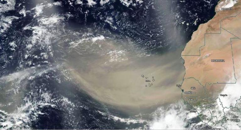 Nube de polvo del Sahara visto desde el espacio. Foto: NASA.