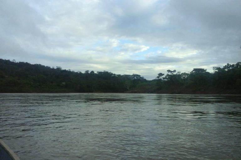 Personal de salud y líderes indígenas deben pasar horas navegando ríos para llegar a las comunidades nativas. Foto: Chávez Wajuyat Shimbucat.