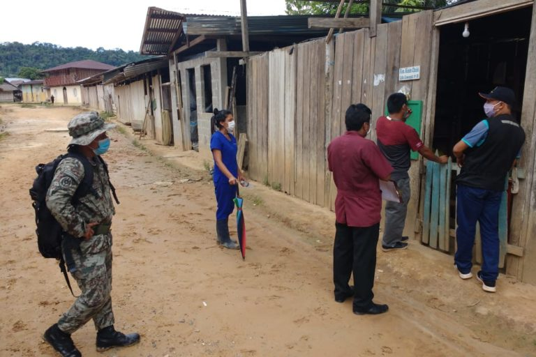 Una campaña de prevención antes de la entrega de bonos realizó el personal de la Microred Huampami junto con las Fuerzas Armadas. Foto: Evelio Paz Tume.