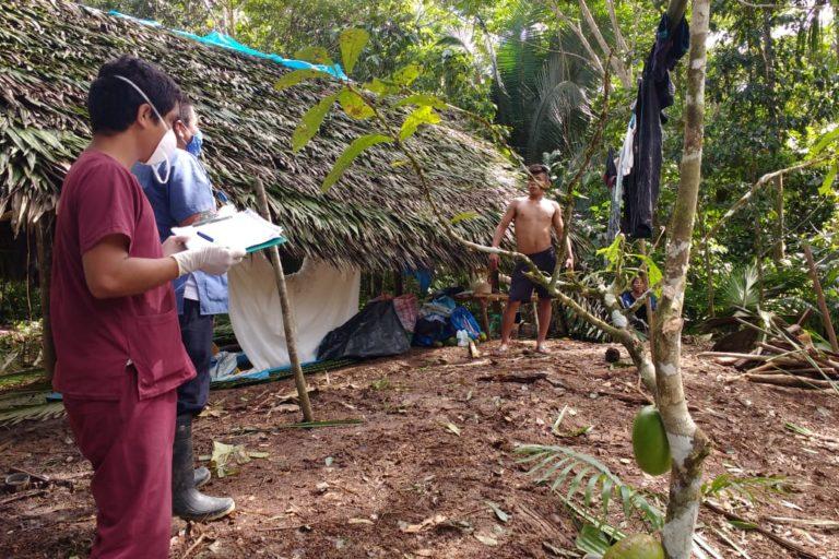 Personal de salud de Huampami visitaron a los retornantes para confirmar que cumplían cuarentena. Foto: Evelio Paz Tume.