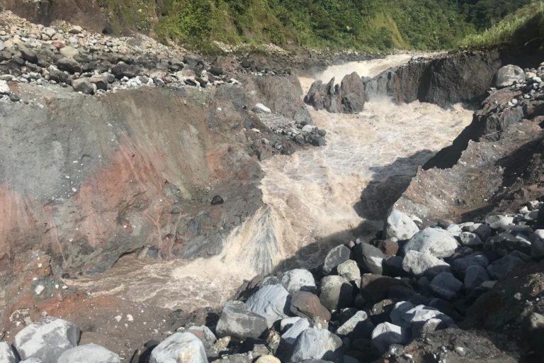 Erosión río Coca. En 52 horas el río Coca retrocedió mas de 400 metros. De no existir afloramientos de roca consolidada la represa Coca codo Sinclair podría estar en serio peligro. Foto del 3 de julio 2020. Foto: Alfredo Carrasco