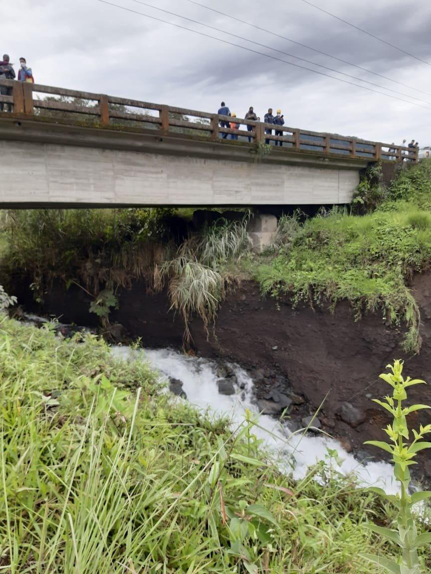Erosión río Coca. Erosión del río Montana el 4 de junio de 2020. Puente sobre la vía Baeza - Lago Agrio. Foto: Alfredo Carrasco.