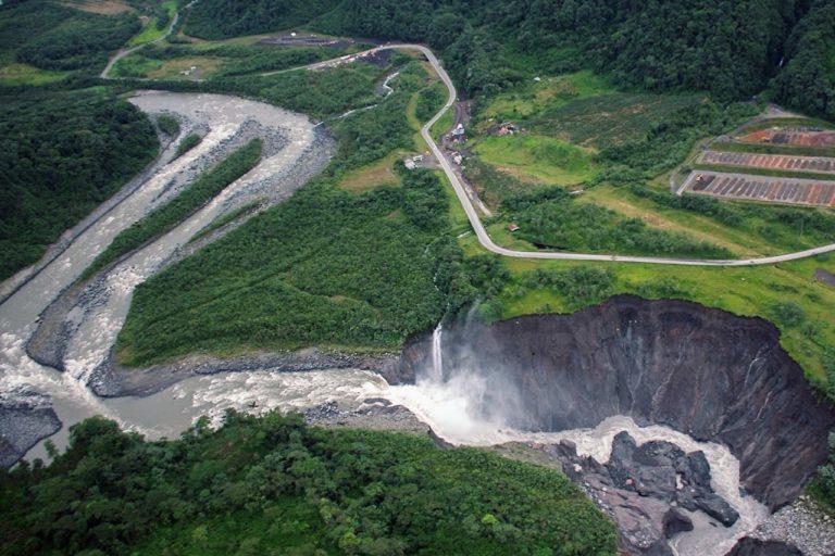 Erosión río Coca. Panorámica de la erosión del río Coca y cómo retrocede la cascada. En esta imagen del 14 de mayo 2020 se ve cómo se empieza a afectar el río Montana. Foto: Pedro Purtschert.