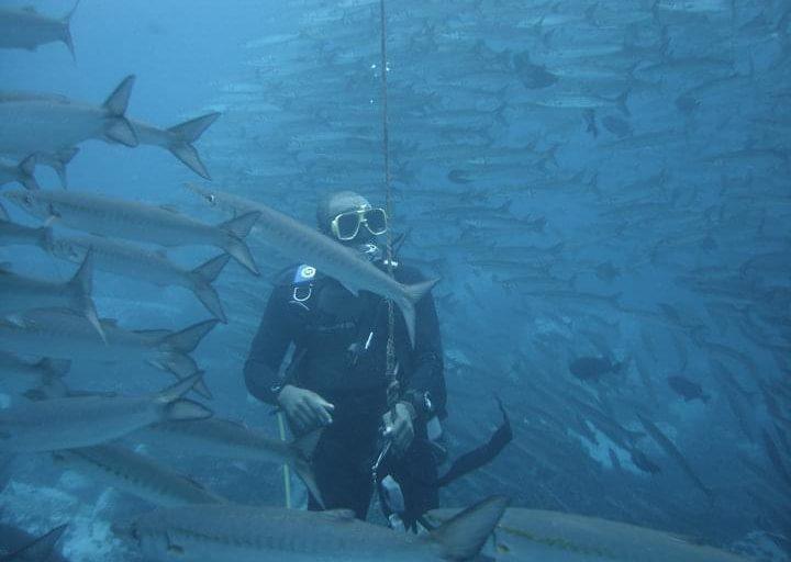 Héctor Montaño en una expedición científica para marcar ballenas. Foto: Hector Montaño.