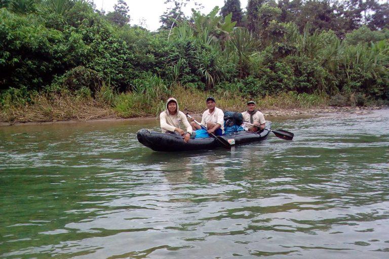 Raúl Cañahuiri navega dentro del Parque Nacional del Manu. Foto: Raúl Cañahuiri.