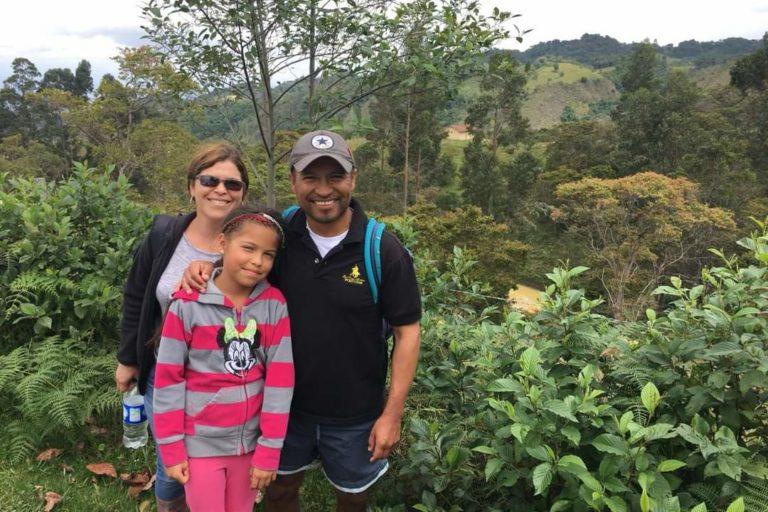 Fernando Forero y su familia en la reserva Yátaros. Foto: Cortesía de Reserva Natural Los Yátaros.