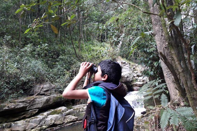 Fernando Forero involucra a sus vecinos en sus actividades de conservación. En especial, trabaja con niños y jóvenes de la región interesados en aprender sobre el cuidado del medio ambiente. Foto: Cortesía de Reserva Natural Los Yátaros.