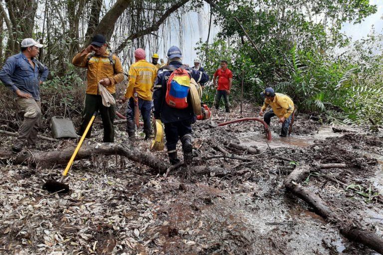 Incendio Parque Isla Salamanca. Bomberos y funcionarios de Parques Nacionales llevan una semana intentando apagar las llamas que consumen el Vía Parque Isla de Salamanca. Foto: Parques Nacionales Naturales de Colombia.