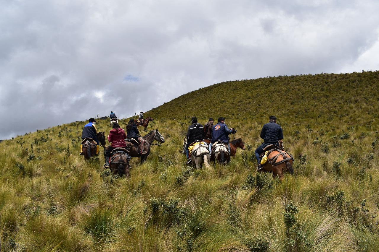 Nueva área protegida Ecuador. Socios de la cooperativa Ichubamba Yasepan realizan un recorrido en el área protegida. Foto: Cooperativa Ichubamba Yasepan.