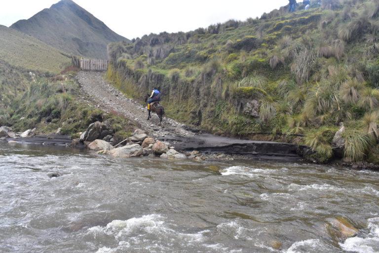 Nueva área protegida Ecuador. Un comunero atraviesa el Río Yasepan, que beneficia a cerca de 12 mil personas de comunidades cercanas. Foto: Cooperativa Ichubamba Yasepan.