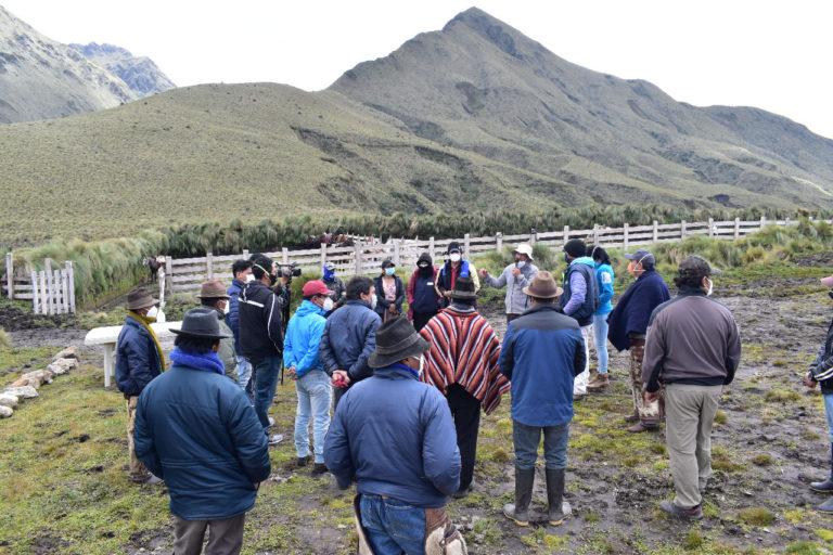 Nueva área protegida Ecuador. Charla con los socios de la cooperativa Ichubamba Yasepan, previo al recorrido de la zona destinada para turismo. Foto: Cooperativa Ichubamba Yasepan.