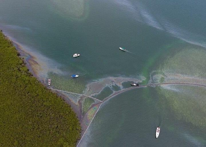 Derrame de petróleo en Venezuela. Derrame ha impactado importantes áreas turísticas como Los Juanes y Chichiriviche. Foto: Morrocoy Online.