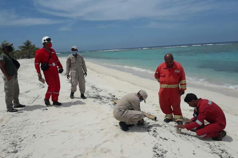 Derrame de petróleo en Venezuela. Personal de PDVSA solo estuvo presente en los primeros días de limpieza y sin maquinarias. Foto: Ministerio de Ecosocialismo de Venezuela.
