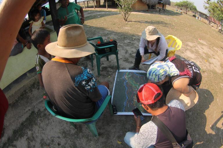 Manejo del fuego. Investigadores colombianos trabajando en la región de la Orinoquía. Foto: Arturo Cortés.