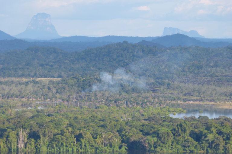 Manejo del fuego. Vista de un incendio en Venezuela desde el Parque Nacional El Tuparro (Colombia). Foto: Laura Mesa.