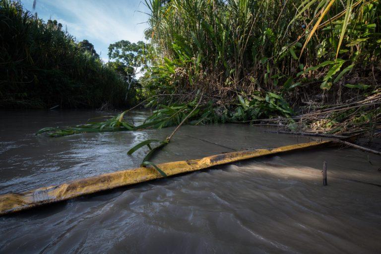 Bancos financian petróleo. Rastros de petróleo en el río Napo. Fotografía de Iván Castaneira para Agencia Tegantai.
