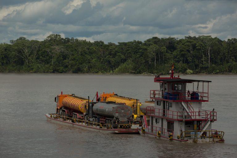 Bancos financian petróleo. Trailers con crudo y materiales de la explotación petrolera sobre el río Napo. Fotografía de Iván Castaneira para Agencia Tegantai.