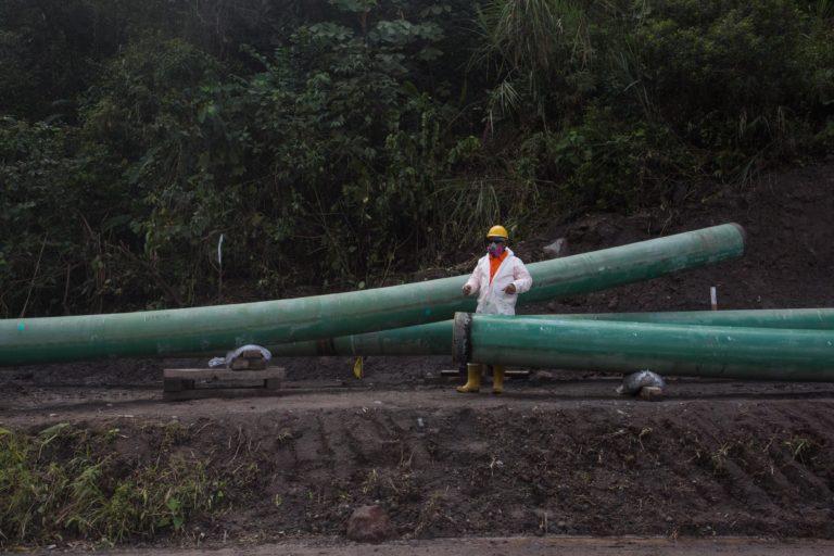 """Bancos financian petróleo. Obras de reparación a la altura del parador """"El Reventador"""" en la vía Quito-Lago Agrio. Fotografía de Iván Castaneira para Agencia Tegantai."""