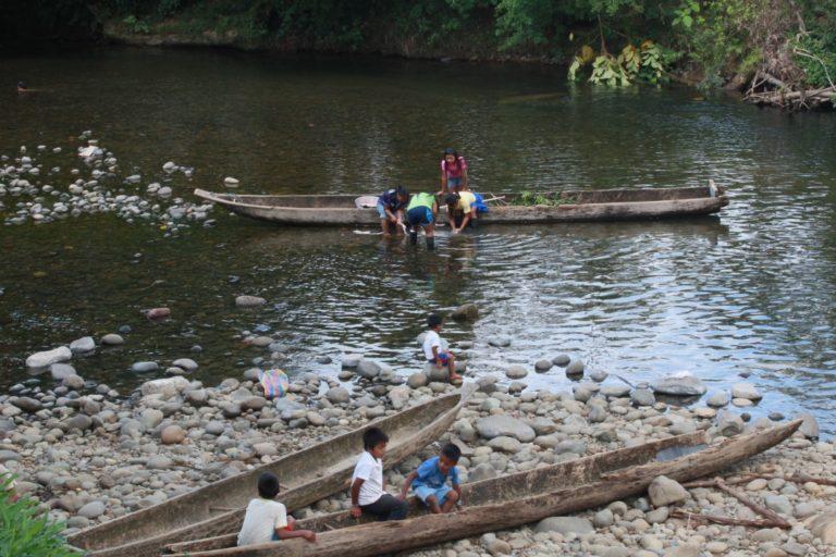 Comunidad Awá de Ecuador en el río Mira. Foto: Elisa Levy.