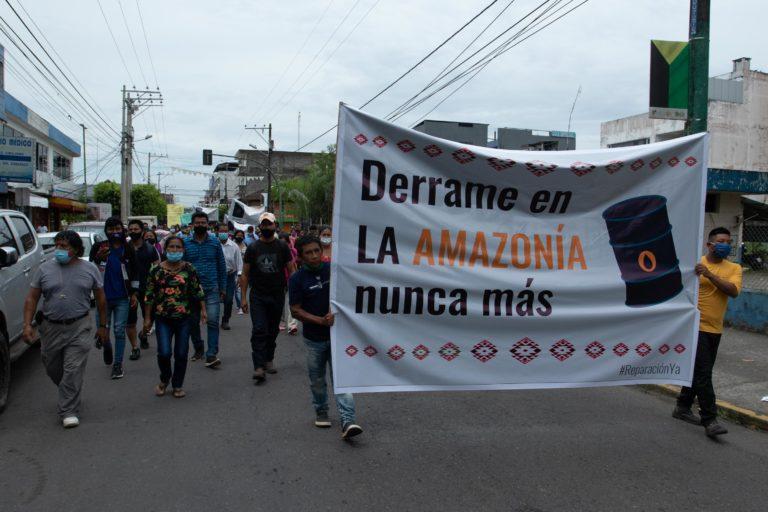 Derrame petrolero en el río Coca. Varias personas de las comunidades afectadas por el derrame de petróleo hicieron una marcha pacífica el lunes 31 de agosto en la ciudad de El Coca. Foto: Ivan Castaneira/Agencia Tegantai.