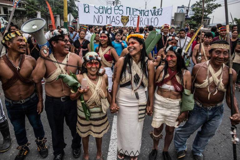 Indígenas Waorani. Nemonte Nenquimo, lideresa Waorani, junto a otros líderes Waorani y ancianos (Pikenani) durante una marcha, Puyo, Pastaza, Amazonía ecuatoriana, febrero 2019. Foto: Mitch Anderson / Amazon Frontlines.