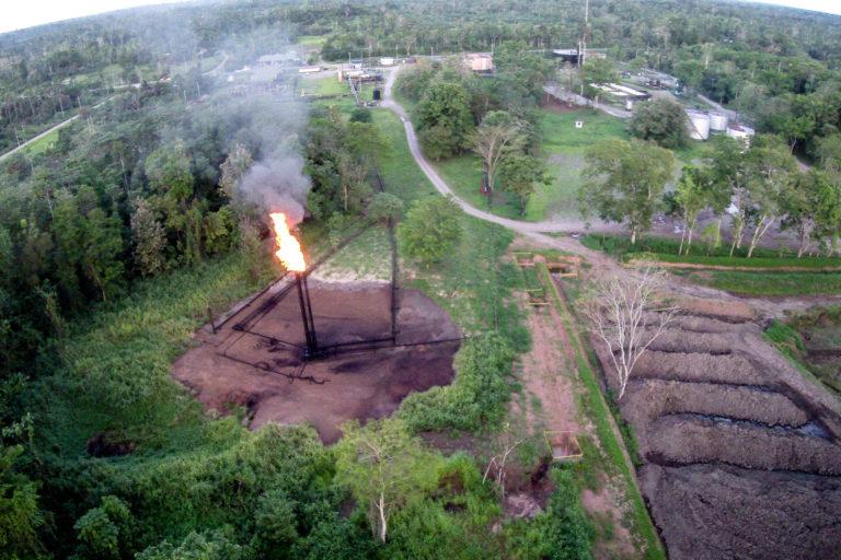 Quema de gas mecheros Ecuador. Mechero en el campo Shushuqui, Pacayacu, Sucumbios, Amazonía ecuaotriana. Foto Nicolas Mainville / Amazon Frontlines.