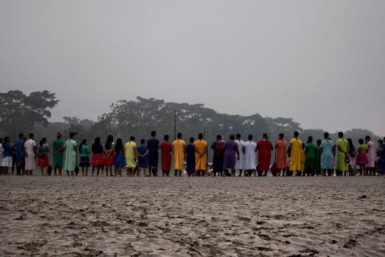 Quema de gas mecheros Ecuador. Indígenas Siekopai en una de las playas de Aguarico, preparándose para el viaje al corazón de su territorio ancestral, Lagartococha (Pëkë'ya), en la Amazonia en la frontera entre Perú y Ecuador. Foto Amazon Frontlines.