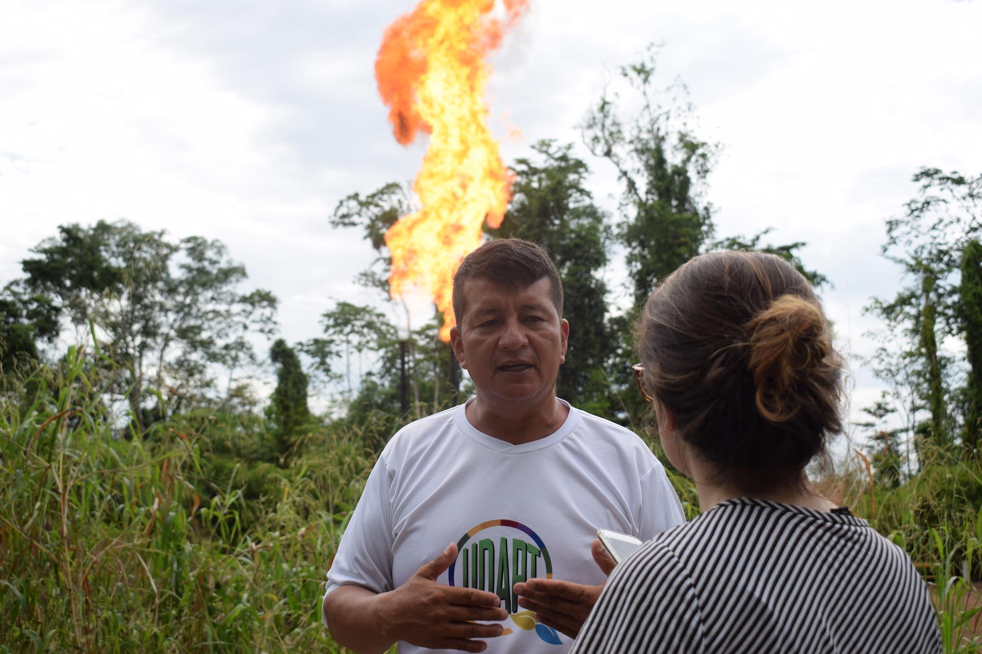 Quema de gas mecheros Ecuador. La quema de gas natural en los mecheros estaría causando afectaciones a la salud en las comunidades que viven cerca de ellos. Algunas personas viven a tan solo 200 metros de distancia. Fotografía de José María León.