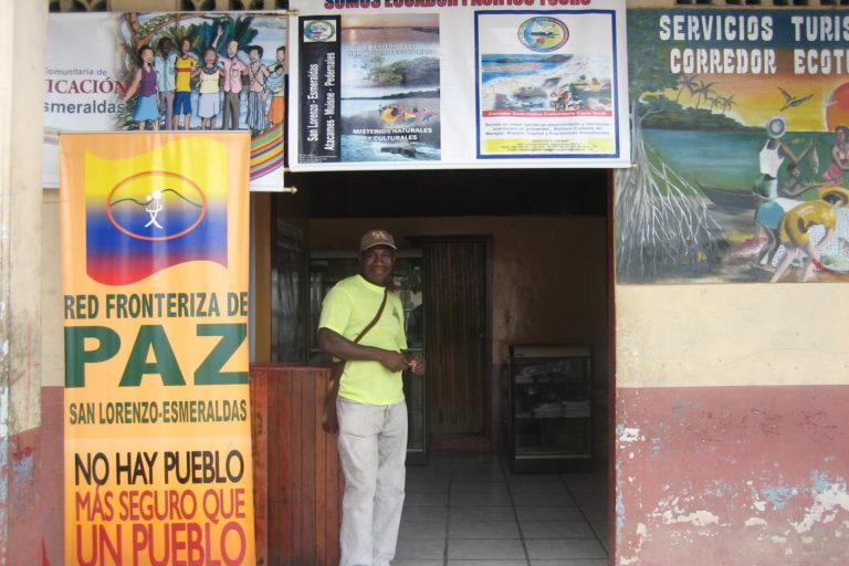 Aquilino Erazo Caicedo, frente a su oficina en San Lorenzo, Ecuador, cuando fue presidente de la Red Fronteriza de Paz, una organización de la Asamblea Permanente por los Derechos Humanos. Foto: Julianne A. Hazlewood.