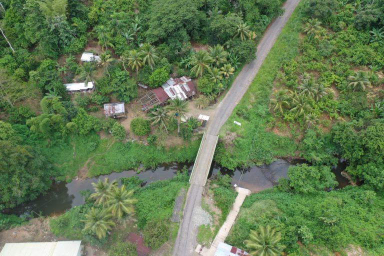Vista aérea del río La Chiquita, que muestra rastros de la contaminación de Oil Palm Company en las aguas. Foto: Roots & Routes.