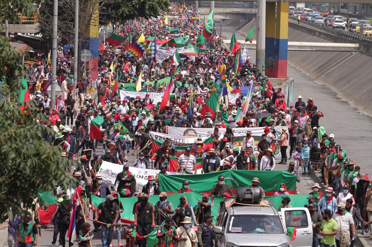 Minga indígena Colombia. Marcha de la minga indígena el 19 de octubre sobre la avenida NQS en Bogotá. Foto: Claudia López @ClaudiaLopez
