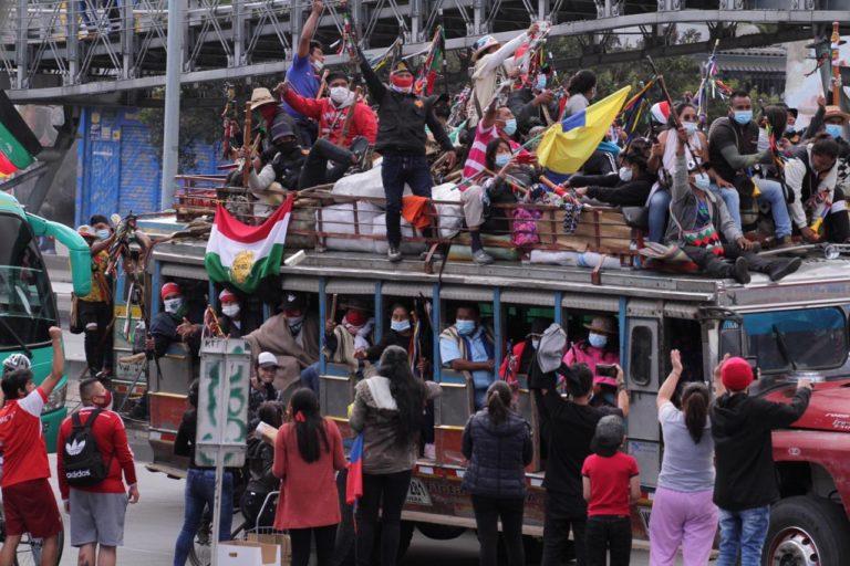 Minga indígena Colombia. Minga indígena a su llegada a Bogotá. 18 de octubre 2020. Foto: Claudia López @ClaudiaLopez