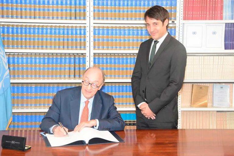 El Embajador de Colombia ante la ONU, Guillermo Fernández de Soto firmando el Acuerdo de Escazú en Nueva York. De ahí el Acuerdo pasó al Congreso colombiano para ratificación. Foto: Presidencia de Colombia.