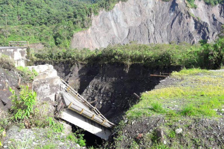 El puente ya estaba inhabilitado meses atrás por el socavamiento de sus bases por la erosión. Fotografía tomada de la cuenta de Twitter de la Dirección Zonal del Ambiente y Agua Sucumbíos.