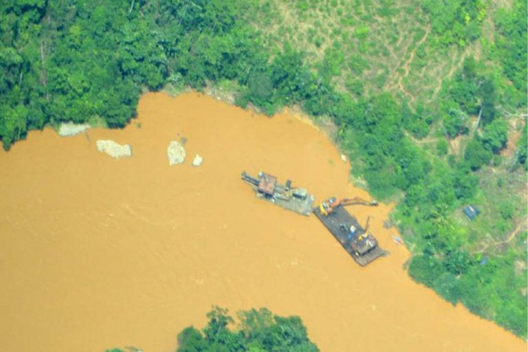 Explotación de oro de aluvión en agua, Nariño. Foto: Informe EVOA 2019.