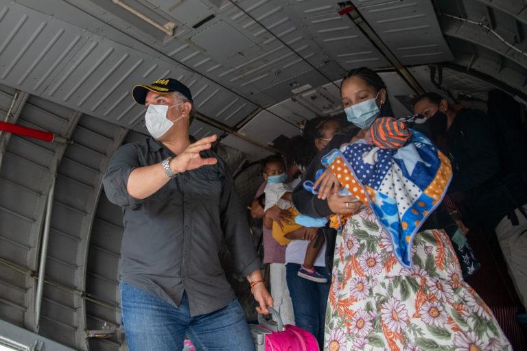Evacuación de madres y sus pequeños de la isla de Providencia hacia San Andrés. Foto: Efraín Herrera.