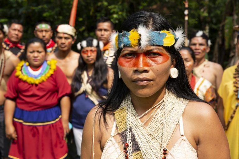 Nemonte Nenquimo con miembros de su comunidad waorani. Foto: Jerónimo Zúñiga, Amazon Frontlines.