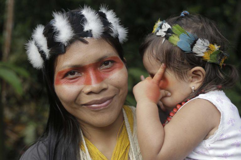 Nemonte Nenquimo, lideresa Waorani de la Amazonía ecuatoriana, con su hija Daime. Foto: Jerónimo Zúñiga, Amazon Frontlines.