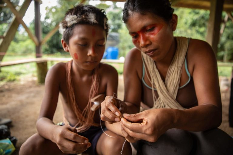 Nemonte Nenquimo en casa preparándose para ir a pescar, comunidad de Nemonpare, Pastaza, Amazonía ecuatoriana. Foto: Jerónimo Zúñiga, Amazon Frontlines.