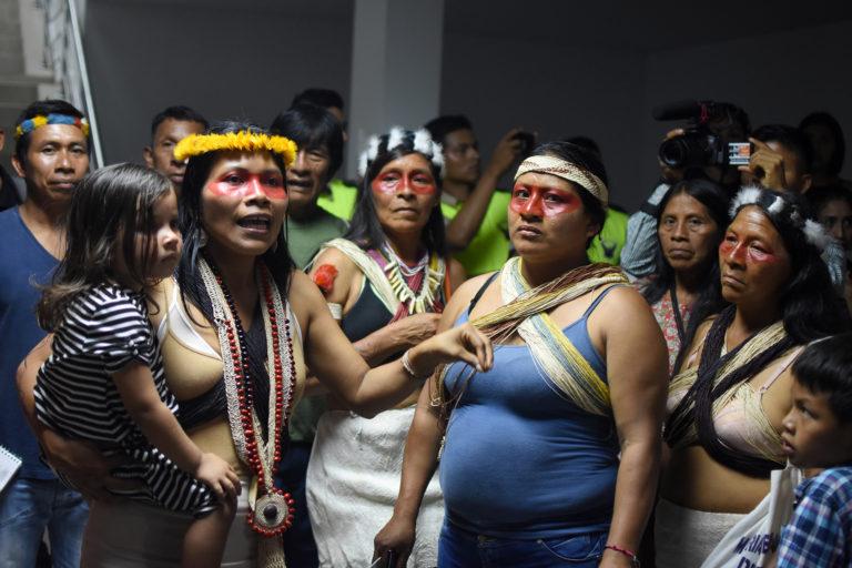 Nemonte Nenquimo después de una larga audiencia en el tribunal provincial en Pastaza, en la Amazonía ecuatoriana, abril 2019. Foto: Sophie Pinchetti, Amazon Frontlines.