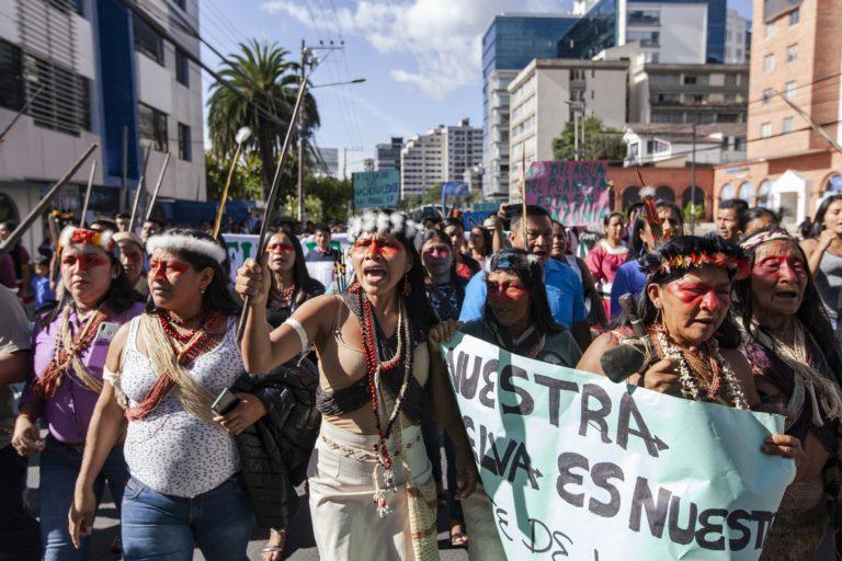 Nemonte Nenquimo y la comunidad waorani en una marcha. Foto: Mateo Barriga, Amazon Frontlines.