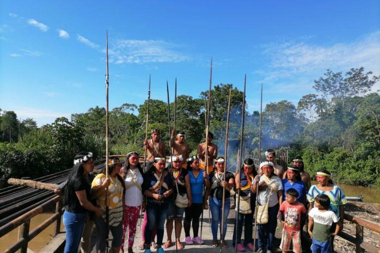 Indígenas waorani sobre puente en el río Shiripuno. Foto: Darío Villacís.