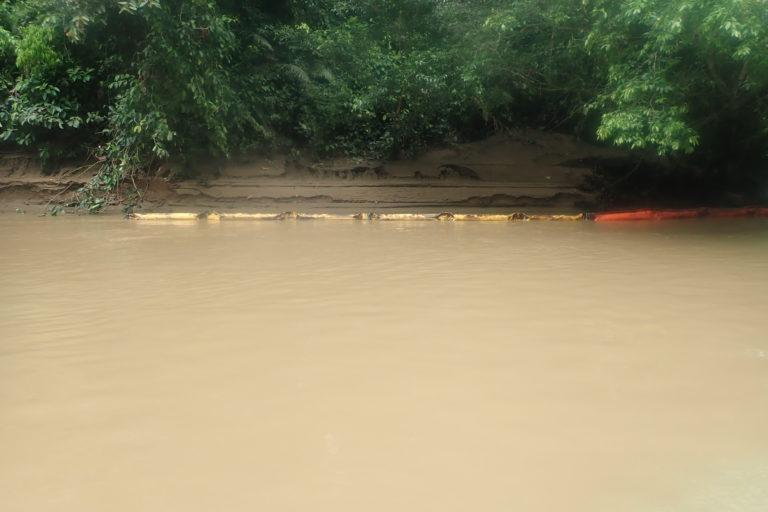 En diciembre de 2020, Petrobell colocó una malla de contención para detener el derrame pero el caudal del río se la llevó. Foto: Mateo Ponce.