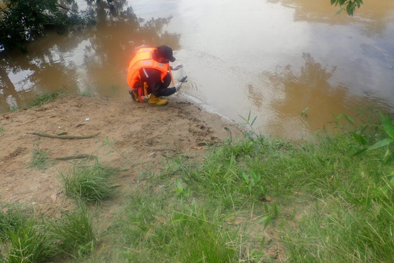El 21 de diciembre de 2020, en la comunidad de Bameno, una contratista tomó muestras de agua pero no se conocen los resultados. Foto: Mateo Ponce.