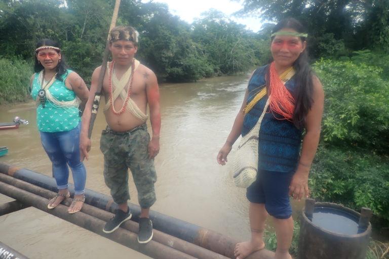 La tubería que está sobre el puente del río y de la que se derramó petróleo es propiedad de la empresa brasileña Petrobell Inc. que opera el bloque Tiguino 66. Foto: Mateo Ponce.