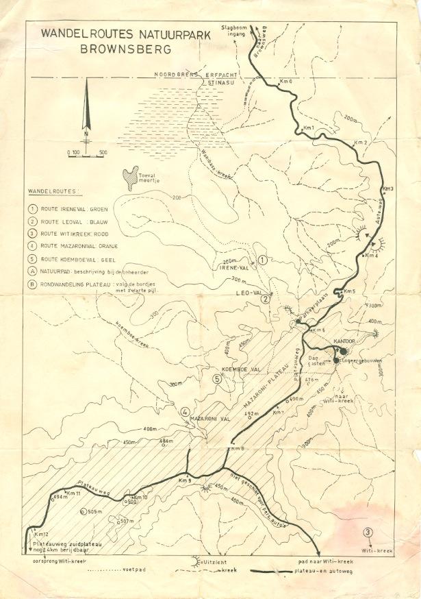 Al norte de este mapa del parque Brownsberg se ubica la ciudad más cercana, Brownsweg. Desde allí salen las personas que trabajan en los alrededores del parque. En la parte sur del mapa, lo que se denomina la meseta del parque, es el área restringida para el público y donde se han observado cazadores. Imagen: Stichting Natuurbehoud Suriname (Stinasu).