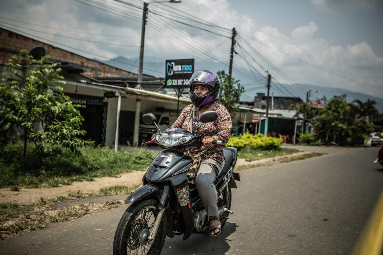 A Magaly Belalcázar varias veces le han bloqueado la vía mientras se moviliza en su moto. Foto: Pablo Tosco/Oxfam Intermón.